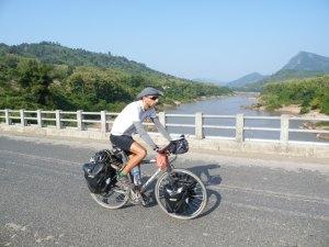 Atravessant el Nam Ou prop per un pont de pago pels cotxes